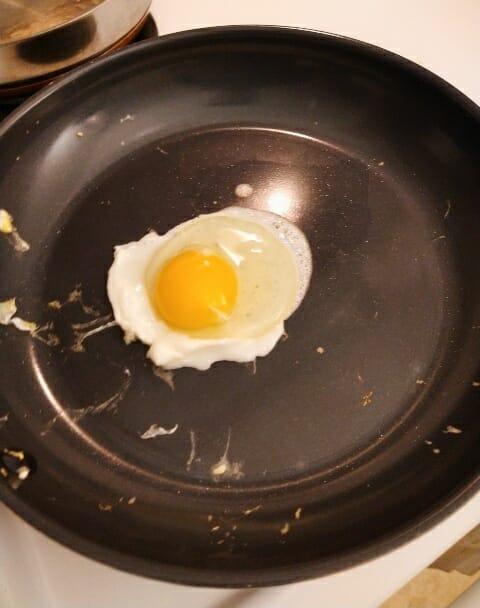 ceramic-alternative-to-non-stick-pans-cooking-egg